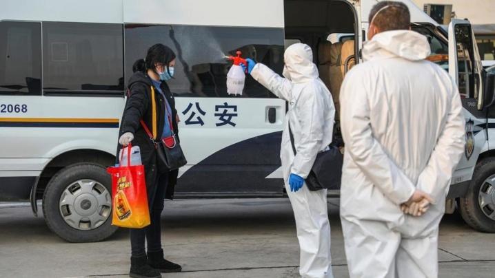 Coronavirus: le bilan explose en Chine, Pékin fait tomber des têtes