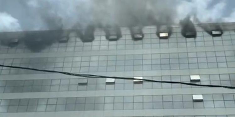 Le building administratif en feu