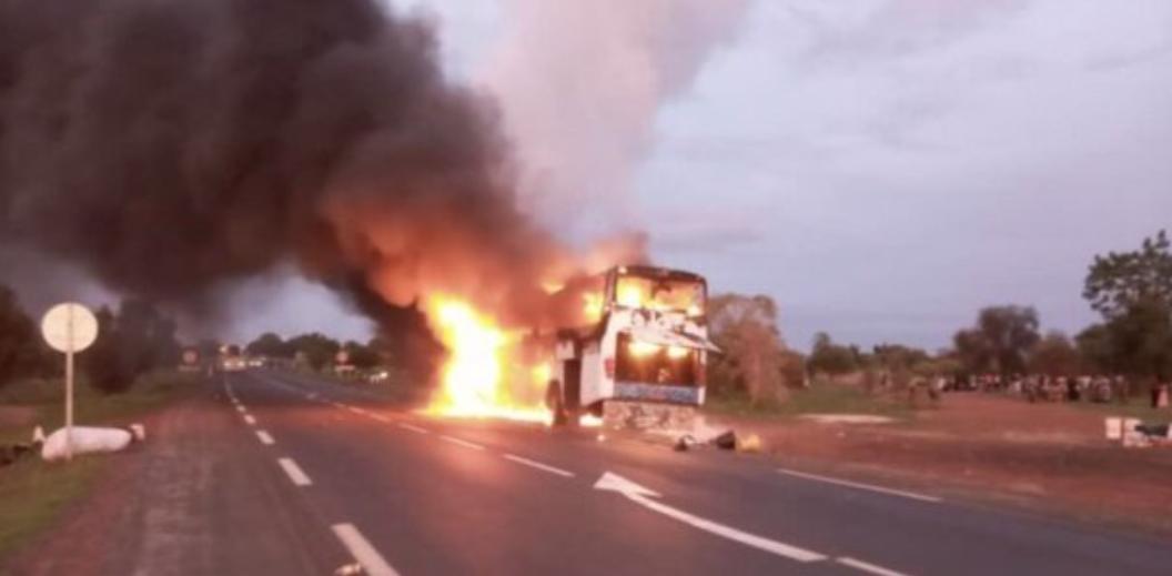 Kaolack : Un bus transportant une cinquantaine de passagers prend feu