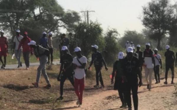 Des étudiants de l'Université Alioune Diop entament une marche vers Dakar